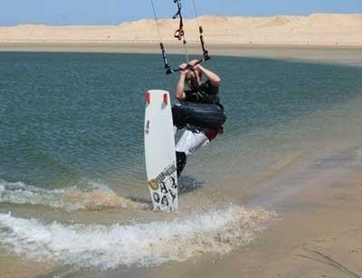 Un kite surfer dans la lagune de Dakhla au Maroc