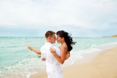 Un couple surpris en pleine relation sexuelle sur la plage
