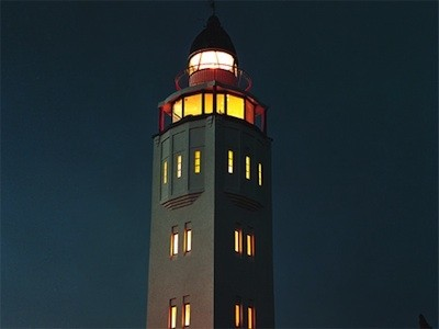 phare illuminé nuit