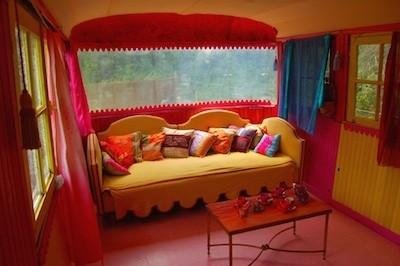 salon rose jaune canapé coussins roulotte nomade