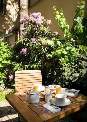 jardin intérieur hôtel de l'avre fleurs table petit-déjeuner