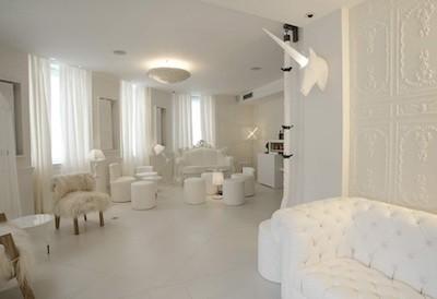 réception hall blanc moulures fauteuils canapés licornes