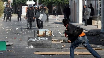 Manifestant contre forces de l'ordre